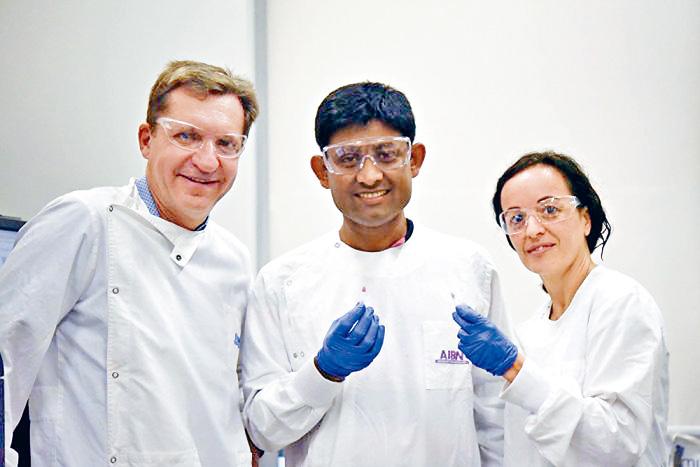 澳洲教授特勞(左)與研究團隊成員,研發出十分鐘驗癌新技術。 網上圖片