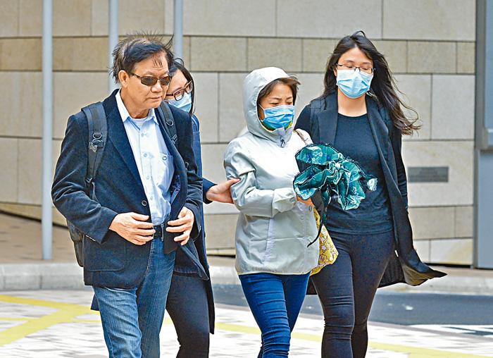 梁卓銘父母(左一及左三)表示,去信死因庭召開研訊的原因,是畀香港學校有個指引,做好啲。郭顯熙攝