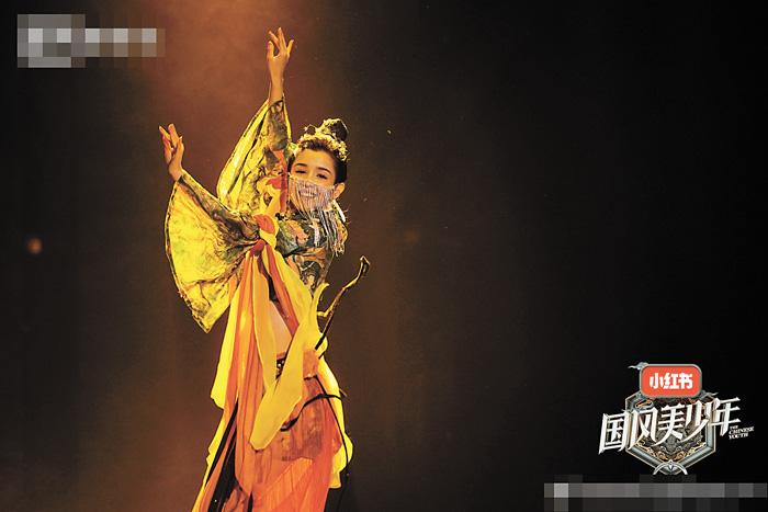 新疆女孩哈妮克孜跳了一隻《一夢敦煌》,輕盈的舞姿靚麗的臉龐備受好評。網上圖片