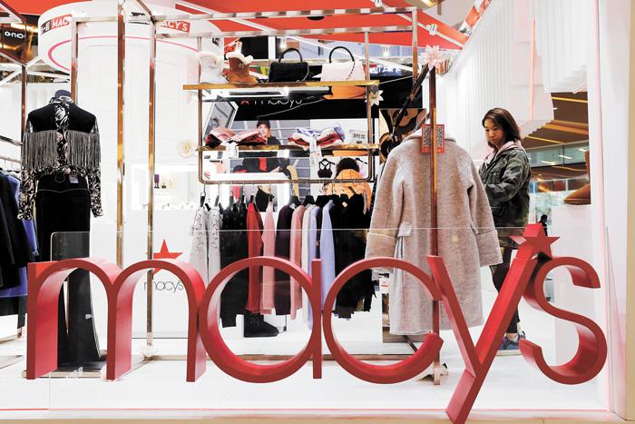 去年底,梅西百貨上海快閃店吸引了消費者選購商品。資料圖片