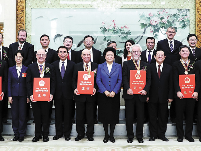 張首晟(前排右一)曾受到中國領導人接見。新華社