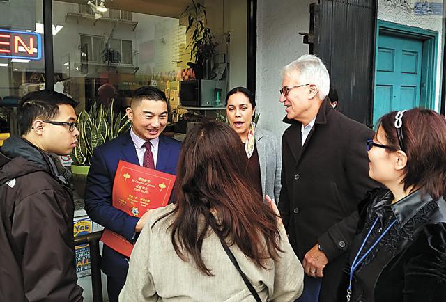 賈斯康走訪商戶,派發預防「祈福黨」的宣傳海報。記者黃偉江攝