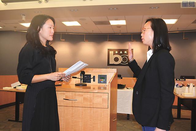 李正元(右)在三藩市市參事金貞妍的監誓下就任捷運董事。 記者徐明月攝