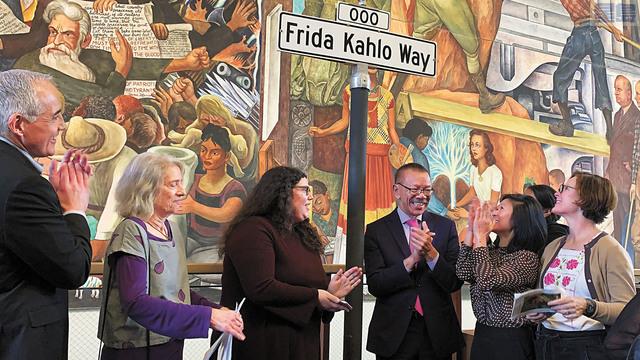 市參事余鼎昂(右三)周五聯合市立大學海洋總校舍的教職員和學生召開記者會,為該校所在的新街道牌「法達卡羅路」揭幕。 記者羅雅元攝