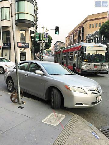 華裔長者林廣源去年在華埠駕駛時,他在Jackson街右側轉彎車道的豐田汽車被一輛在直行線同時轉右的貨車撞上行人道,申訴無門。 李先生提供