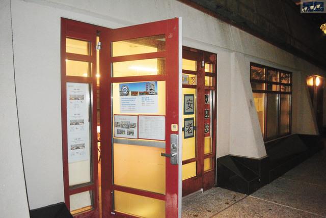 華埠花園角公共安全和警察信息中心週五正常開放,但來諮詢報案的華人並不多,警員鼓勵民眾前來溝通。記者徐明月攝