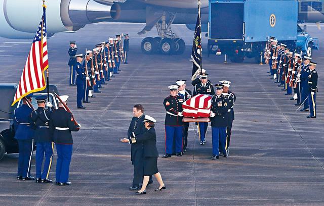 ■老布殊遺體由空軍一號專機送回德州,在休斯頓附近的機場降落。美聯社