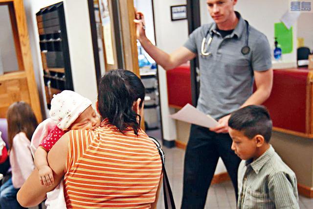 ■2008年至2016年期間,公民兒童與無證父母參與醫療補助和「兒童健保計劃」的人數上升15.5%。法新社資料圖片