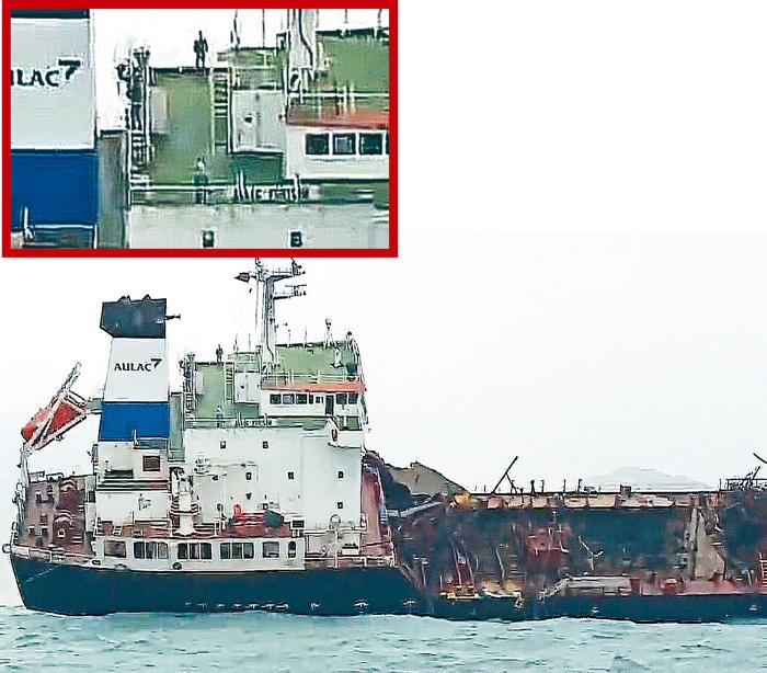 起火油輪甲板炸開大洞,鋼板扭曲。甲板頂層放置狀似持槍軍人「公仔」(紅框)。無線電視畫面