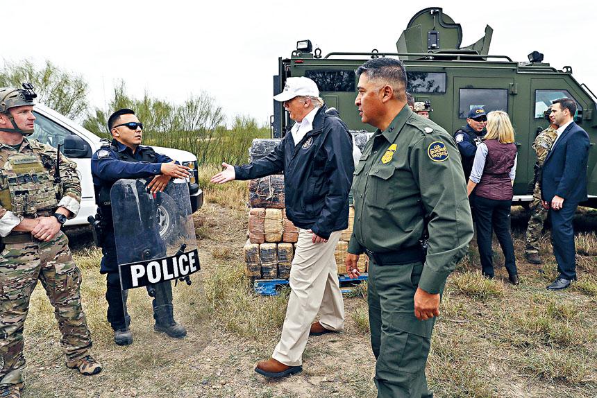 特朗普總統抵達美國與墨西哥接壤邊境視察,並探訪戍邊美軍和邊境巡邏人員。美聯社