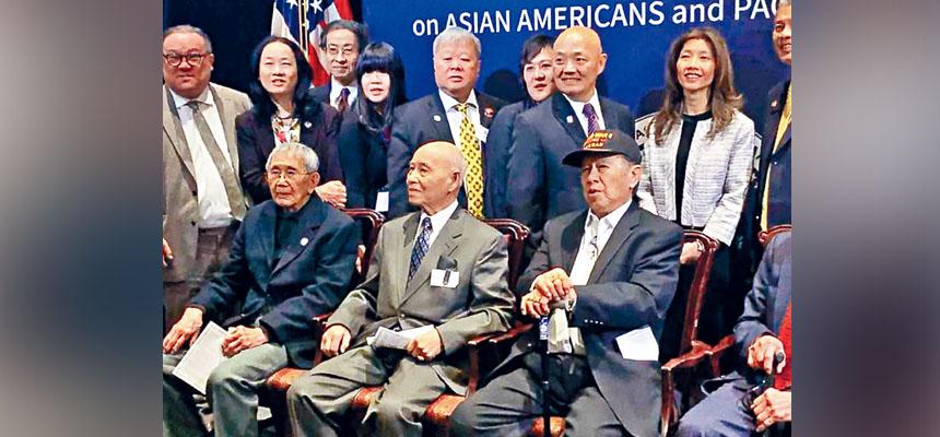 5位華裔二戰老兵,29日獲得國會金質獎章的榮譽。圖為其中三人(前)與華裔美國公民聯盟成員合影留念。    ABC新聞