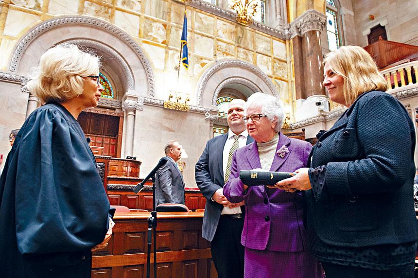 史塔文斯基與另外19名女性議員在紐約州參議會宣誓就職。