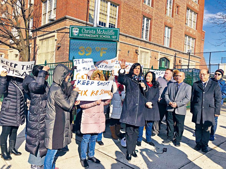 馬里奧和華裔家長們一同示威抗議特殊高中改革。