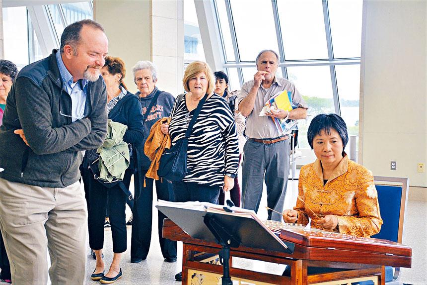 去年麻州大學波士頓校區中秋聯歡中的揚琴表演。檔案圖片