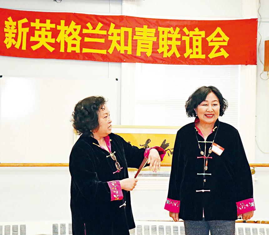 (左起)梁雁文、張川表演相聲。李強攝