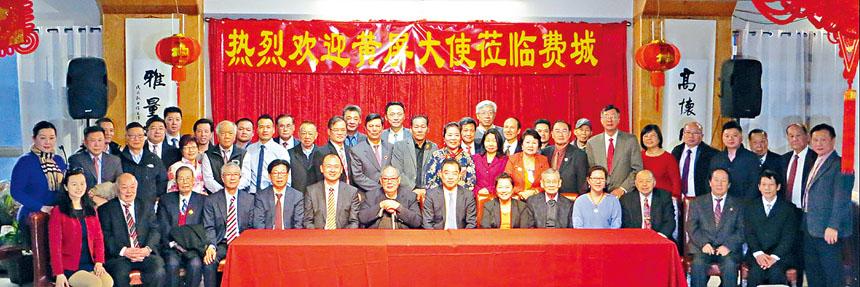 全體出席座談會的僑領們與黃屏總領事合影。