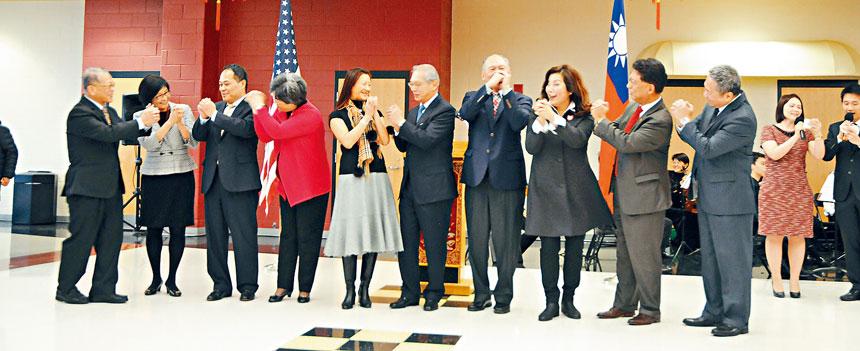 高碩泰代表(右五)和官員、僑領一起,向大家互致新年的祝願。