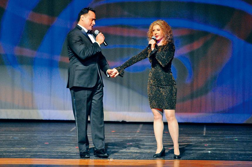 女高音Rouweyha、男高音Hernandez演唱「敖包相會」等歌曲。