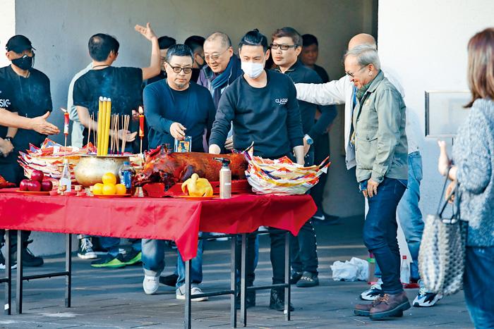 ■學友戴上口罩出席拜神儀式。