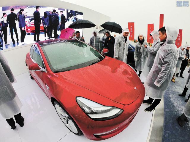特斯拉上海超級工廠7日宣布開工建設,客人在奠基儀式觀看Model 3車型。法新社