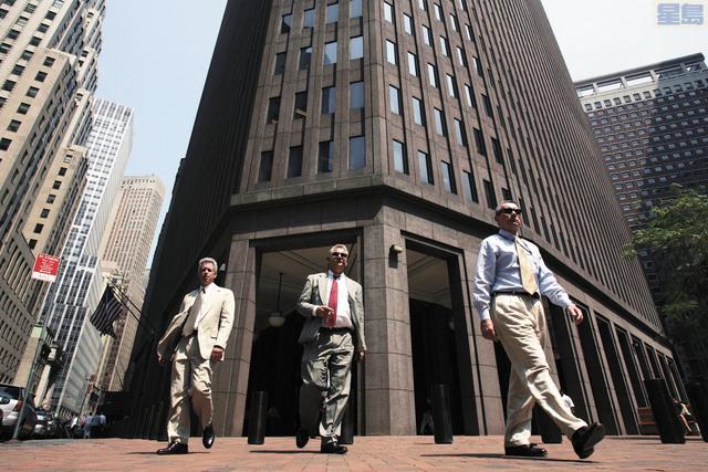 包括高盛在內的眾多投行稱將新興市場資產視為大類資產配置的首選,圖為三名男子路過高盛大廈附近。彭博社資料圖片