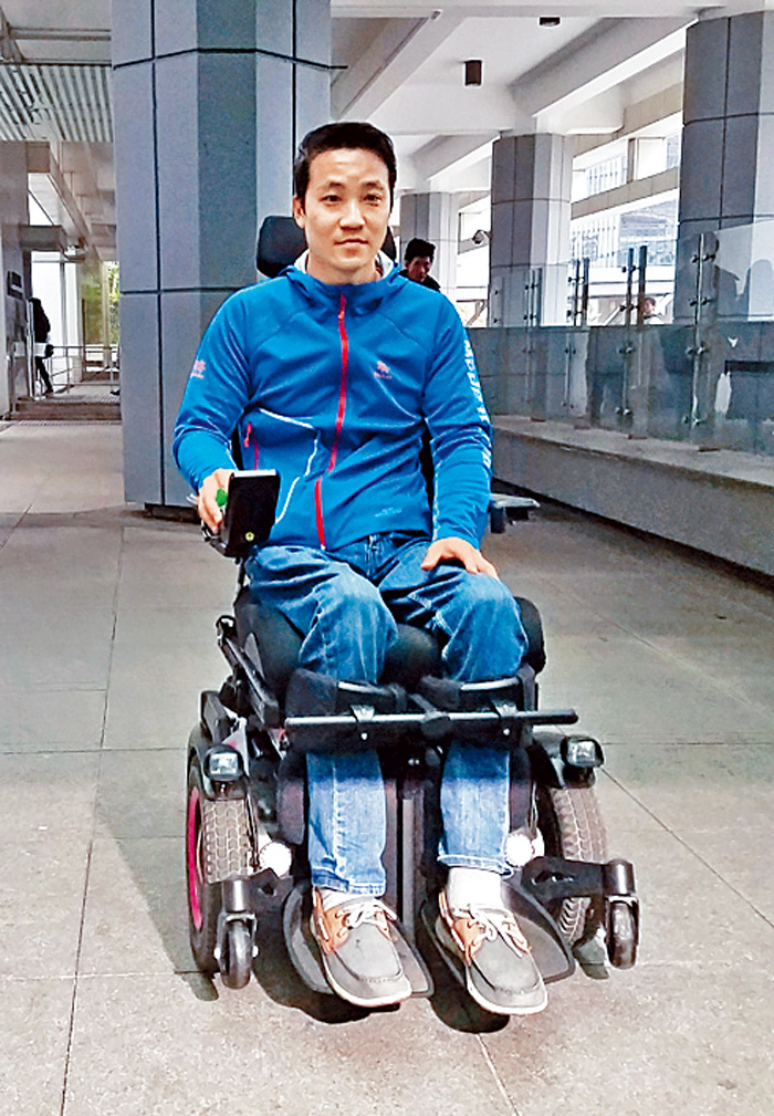 黎志偉十日坐電動輪椅出庭應訊。黃梓生攝