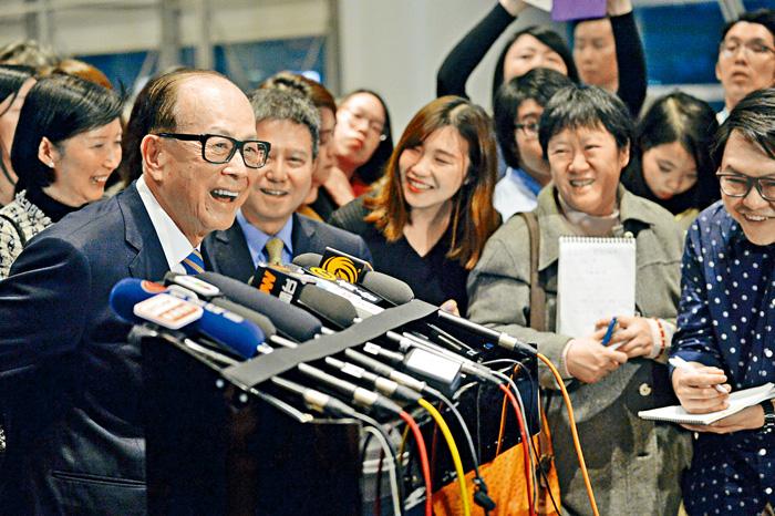 長和系十一日晚周年晚宴,李嘉誠進場前接受傳媒提問時,表示滿意退休生活。蘇正謙攝