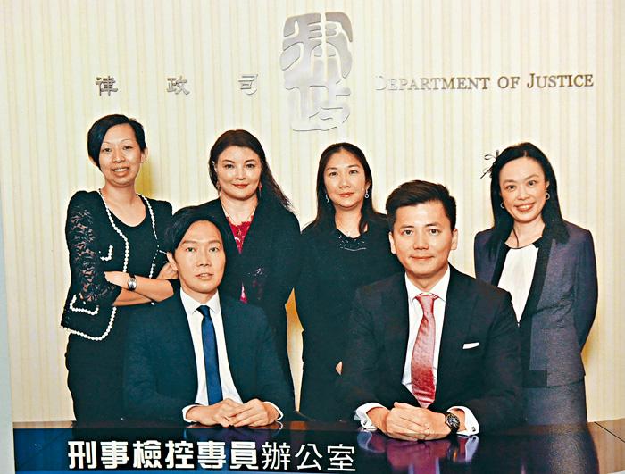 律政司副刑事檢控專員許紹鼎(前排右)日前請辭,他的副手高級助理刑事檢控專員何詠光(前排左)將接棒。