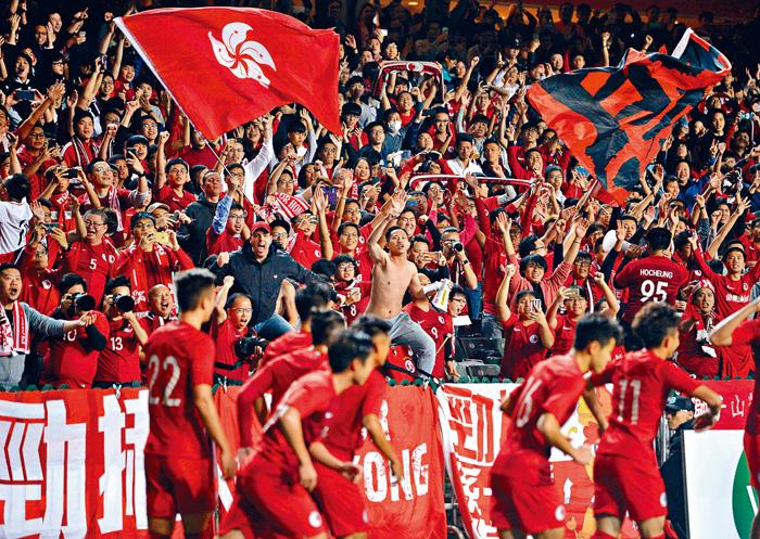 港隊球迷在入球後揮舞特區旗幟慶祝。蘇正謙攝