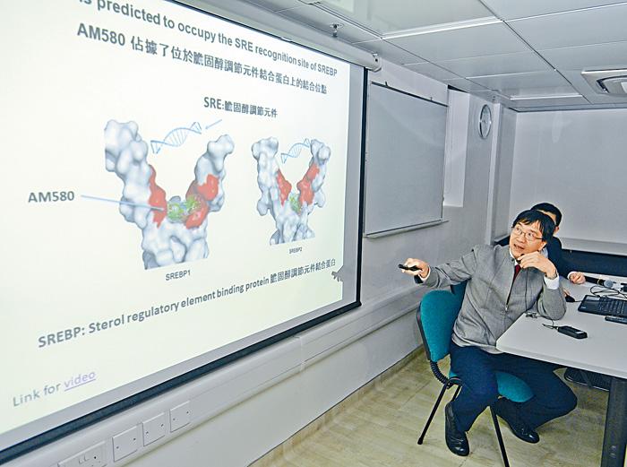 港大微生物學系講座教授袁國勇,介紹團隊研發的新型抗病毒藥物。陳浩元攝