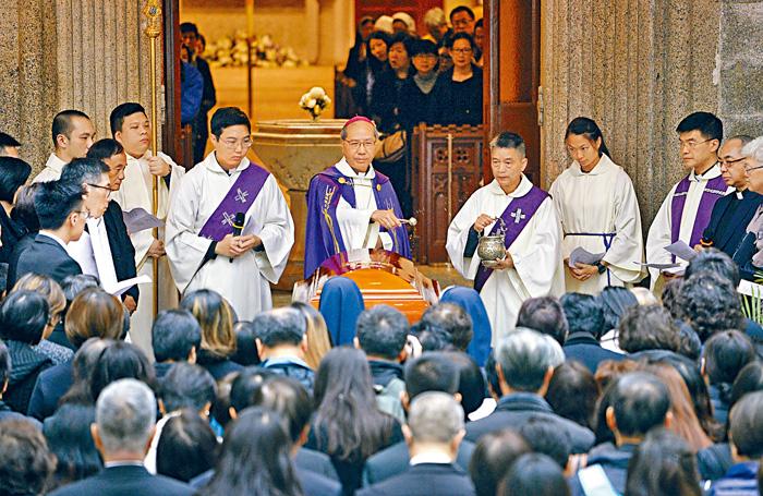 輔理主教夏志誠主持迎靈體禮。蘇正謙攝