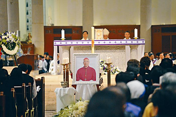已退休的陳日君樞機主持守靈彌撒。蘇正謙攝