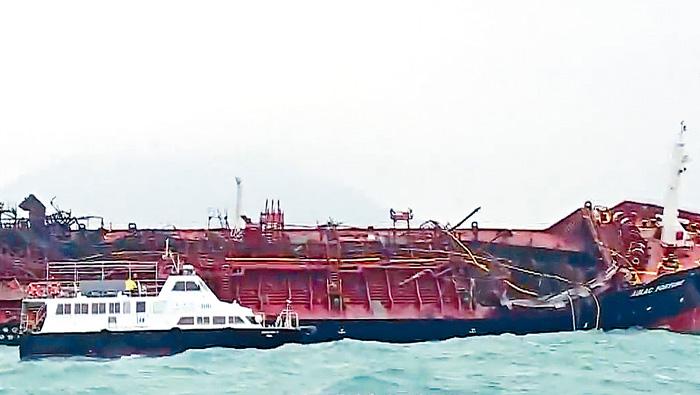 ■海事處船隻駛近油輪視察船身情況。