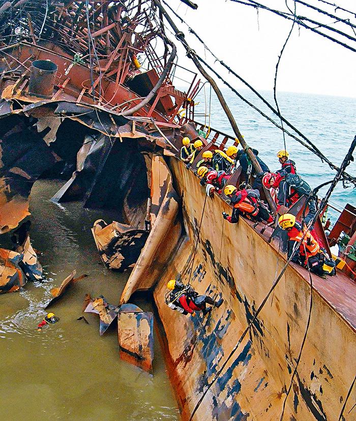 ■消防蛙人十一日繼續進入船艙、軚房及機房搜索失蹤者。消防處提供圖片