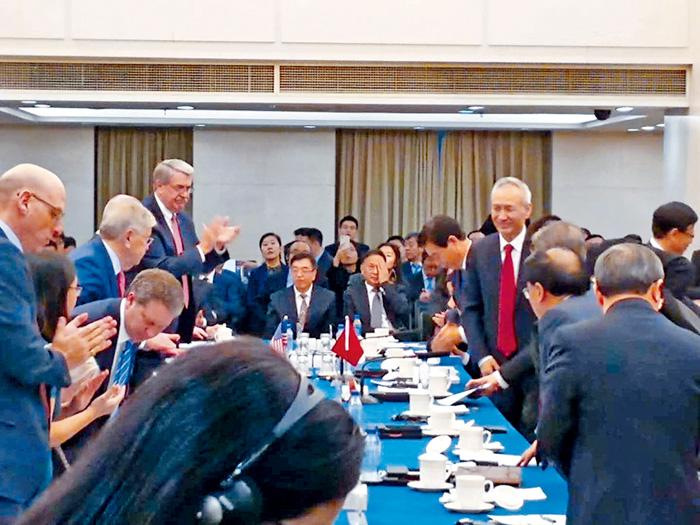 ■本月7日,中國國務院副總理劉鶴(右)現身談判會場,歡迎美方代表。資料圖片
