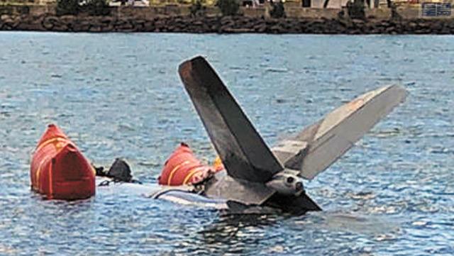 墜海戰鬥機殘骸被尋回。資料圖片
