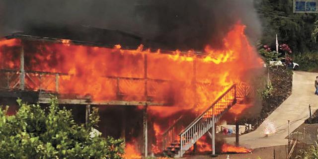 Kalaheo地區Kaumualii高速公路旁邊的一棟兩層樓民宅起火。Hawaii News Now電視截圖