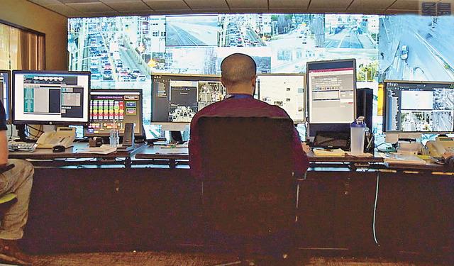 交通訊號工程師準備因應高架橋封閉。資料圖片