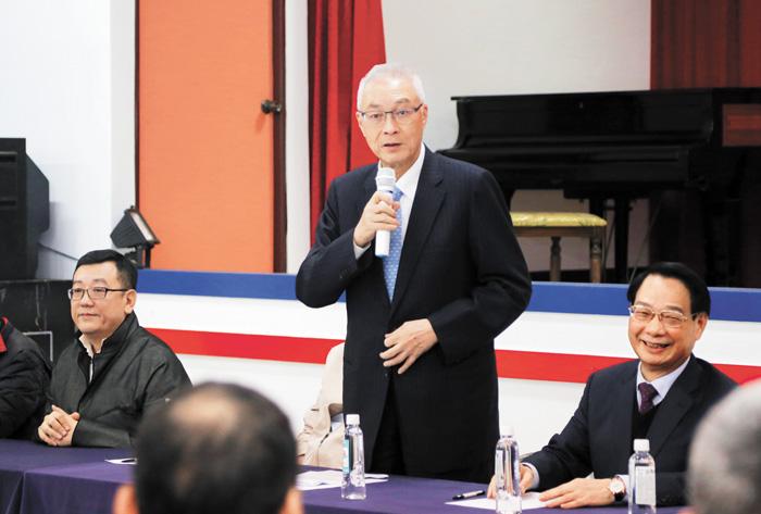 國民黨主席吳敦義(中)日前拋「黨員投票較符合美國制度」說法後引發關注。中央社
