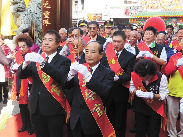 前立法院長王金平(前排右)9日參加台南大天后宮牌樓啓用典禮,對於是否參選2020年總統,王金平表示,時機一到,會向大家報告。中央社
