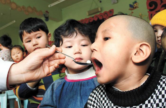 俗稱的「小糖丸」的脊灰疫苗預防脊髓灰質炎,即「小兒麻痹症」。圖為正在服用脊灰疫苗的兒童。資料圖片