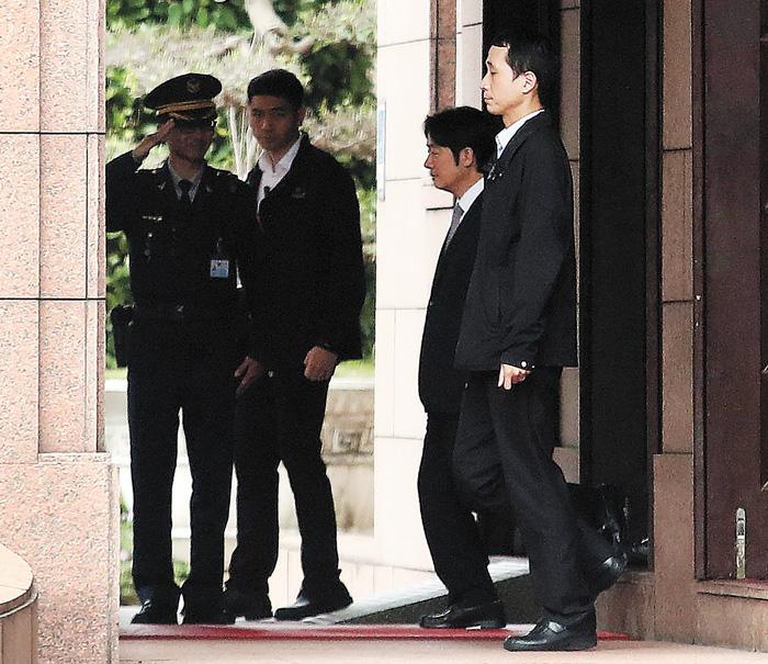 賴清德(右2)離開行政院。中央社