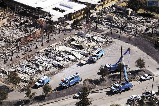 太平洋煤電(PG&E)因多場致命山火而財政受壓傳出有意申請破產,圖為2017年10月北灣山火發生後,PG&E工作車進駐災區現場,試圖恢復電力供應。美聯社資料圖片