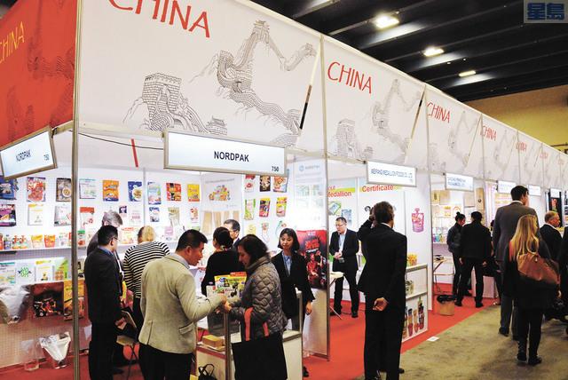 中國展區以食品包裝公司為主,不少參展人士留步在參展商攤位詢問產品詳情。記者羅雅元攝
