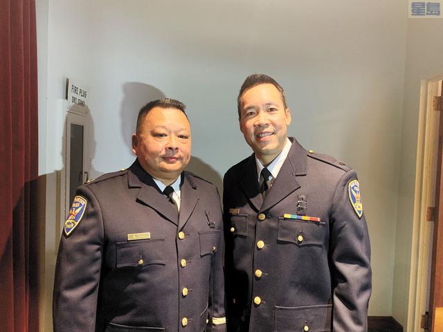華裔指揮官鄺友信(右)、分局長甄文良獲得晉升,參加警察局2019年晉級儀式。記者羅雅元攝