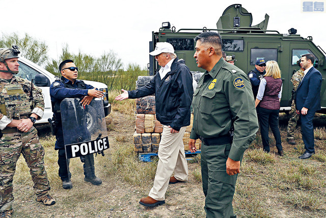 ■特朗普總統抵達美國與墨西哥接壤邊境視察,並探訪戍邊美軍和邊境巡邏人員。美聯社
