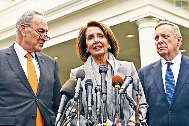 l 眾議院議長普洛西(中)、參議院少數黨領袖舒默(左),及參議員德賓(右),與總統特朗普在白宮會晤後召開記者會。    美聯社