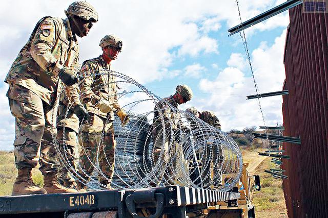 ■美國陸軍工程人員在亞利桑那州和墨西哥邊境牆上,放置鐵絲網。據報,國防部為特朗普宣布國家緊急情況,做準備工作。美國陸軍圖片
