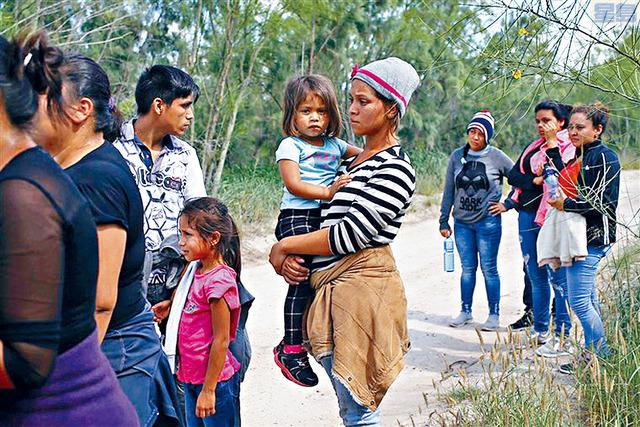 l 一個拖兒帶女舉家偷渡的家庭,在德州麥卡倫附近被美國邊境巡邏隊阻截。  路透社資料圖片