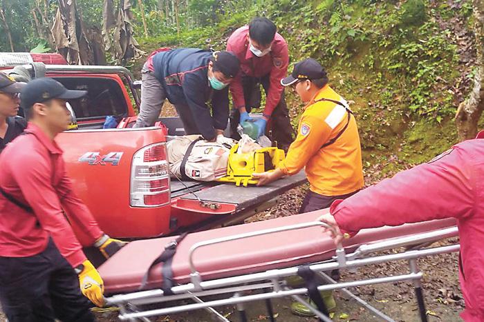 花蓮縣萬榮鄉10日發生飛行傘意外,警消獲報後前往救援,將傷者送醫救治。中央社